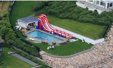 Hồi đầu tháng này, Taylor Swift đã linh đình tổ chức tiệc ở bể bơi sau nhà
