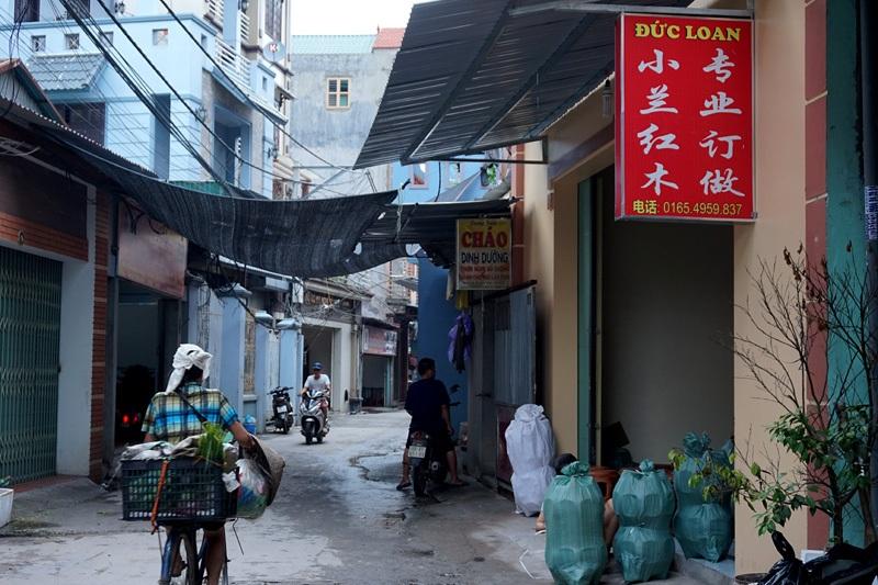 Nhiều cửa hiệu nằm trong các con ngõ nhỏ thuộc xã Hương Mạc cũng trưng biển hiệu chỉ toàn chữ Trung Quốc.