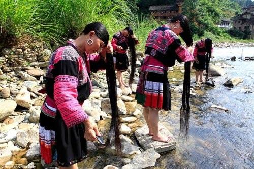 Bà Pan cho biết những người phụ nữ thường giữ lại nước vo gạo nếp để gội đầu với nước suối.