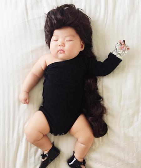 Cá tính trong trang phục đen và mái tóc dài