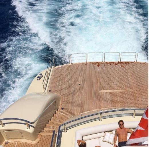 Hoặc tắm nắng trên du thuyền riêng