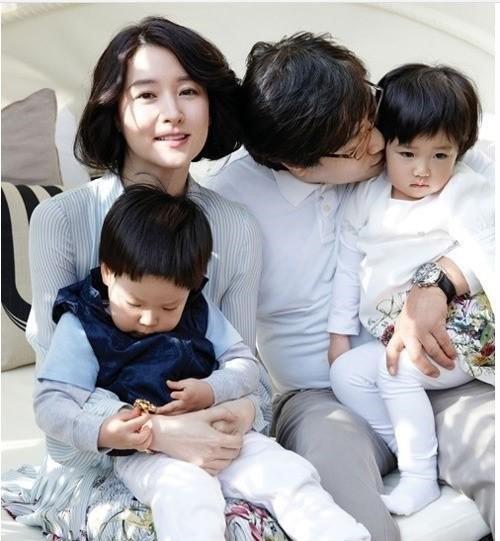 Vợ chồng Lee Young Ae bên hai đứa con đẹp như thiên thần.