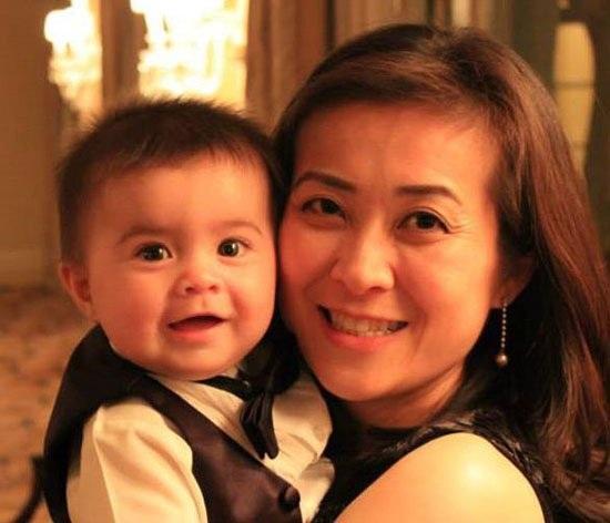 Elizabeth Phú và cậu con trai. (Ảnh: Getty)