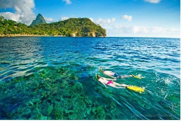 Bãi biển Phú Quốc đẹp và thơ mộng với nước trong xanh, cát trắng mịn màng.