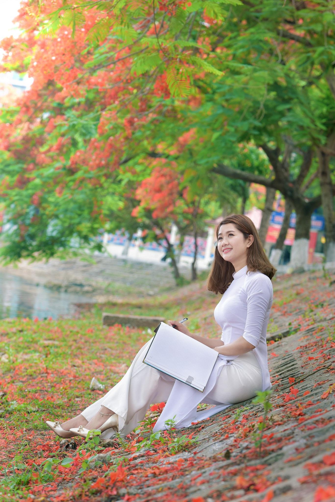 """Thiếu nữ Hà thành mơ màng bên hoa phượng """"rực cháy"""" - 9"""
