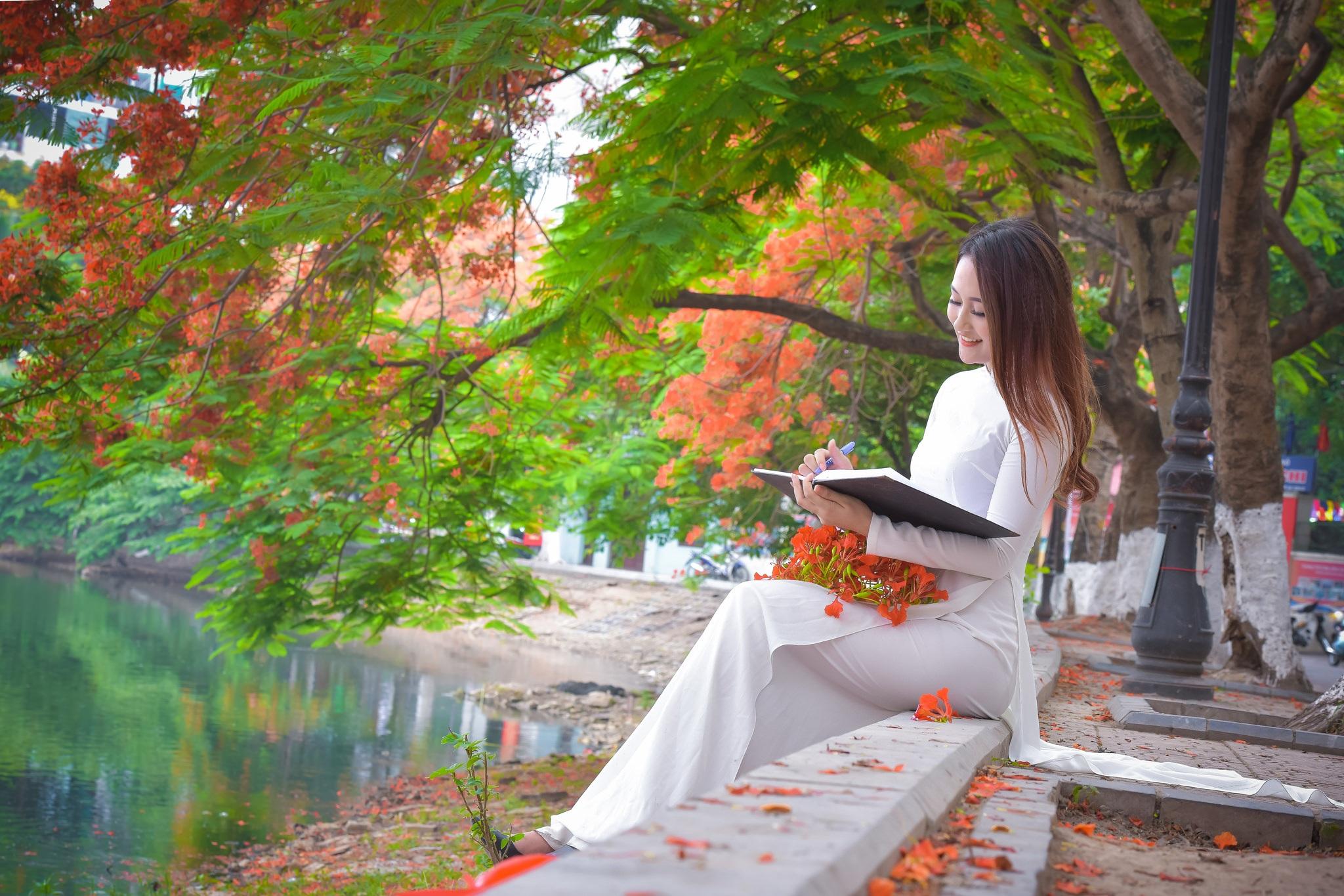 """Thiếu nữ Hà thành mơ màng bên hoa phượng """"rực cháy"""" - 18"""