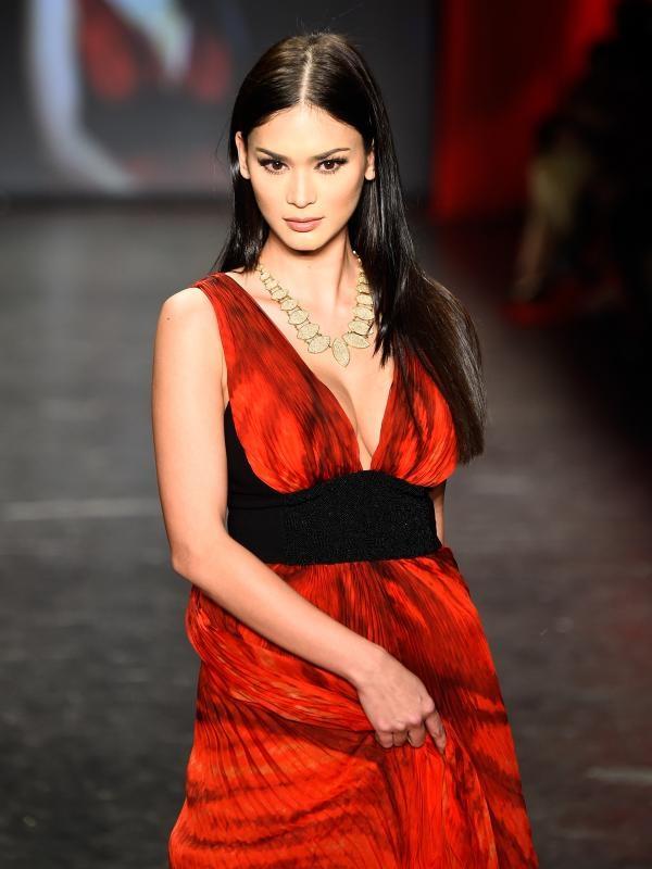 Người đẹp Philippines diện chiếc váy màu đỏ rực của nhà thiết kế Carmen Marc Valvo khoe đường cong gợi cảm và vòng một căng đầy.