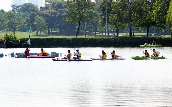 Đông đảo bạn trẻ tham gia tìm hiểu và tập luyện ván chèo đứng tại hồ nước trong công viên Yên Sở