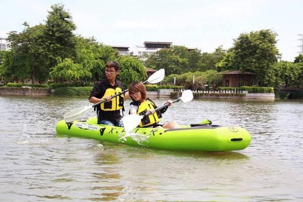 Cặp đôi trẻ hỗ trợ nhau lướt trên mặt hồ
