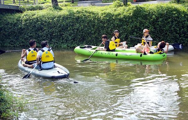 Nhóm bạn có thể cùng tham gia SUP và có những cuộc trò chuyện thú vị trên mặt nước