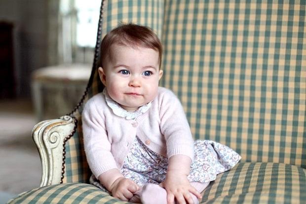 Charlotte mới 9 tháng tuổi nhưng đã là một biểu tượng thời trang như mẹ mình là công nương Kate Middleton.