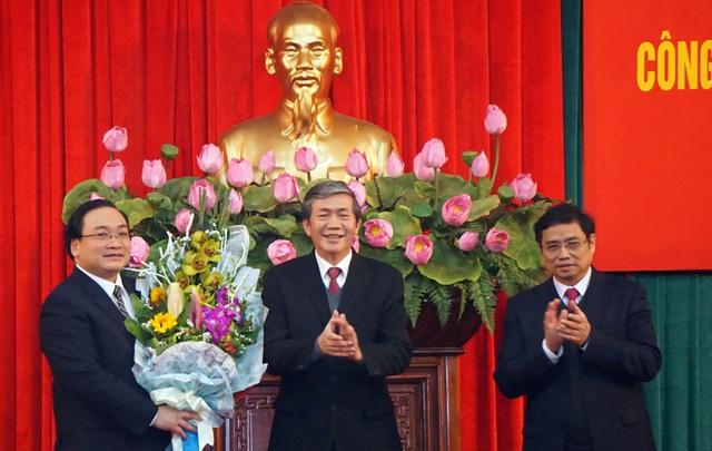 Ủy viên Bộ Chính trị, Thường trực Ban Bí thư Đinh Thế Huynh và Ủy viên Bộ Chính trị, Trưởng ban Tổ chức Trung ương Phạm Minh Chính chúc mừng tân Bí thư Hà Nội Hoàng Trung Hải.