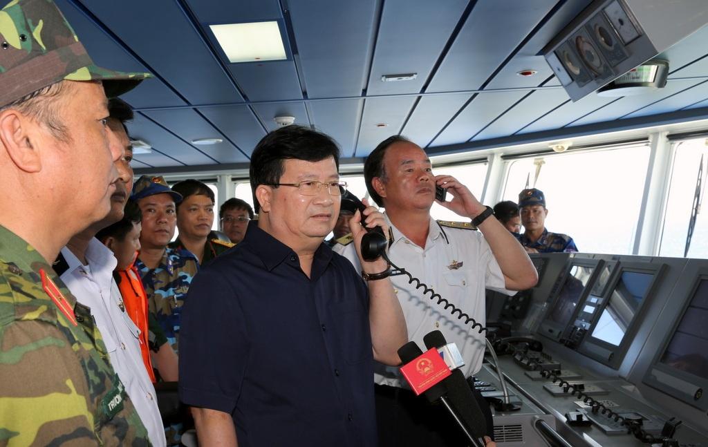 Phó Thủ tướng Trịnh Đình Dũng chỉ đạo khẩn trương trục vớt động cơ máy bay, mở rộng vùng tìm kiếm để sớm tìm thấy các thành viên phi hành đoàn trên máy bay Casa 212 hiện đang mất tích