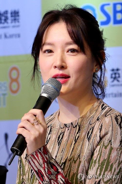 Lee Young Ae xinh đẹp chia sẻ trong buổi họp báo giới thiệu bộ phim Saimdang, the Herstory tại Seoul, Hàn Quốc, tháng 1/2016.