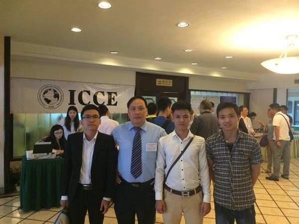Trần Quốc Quân (ngoài cùng bên trái) cùng với thầy giáo và các bạn của mình