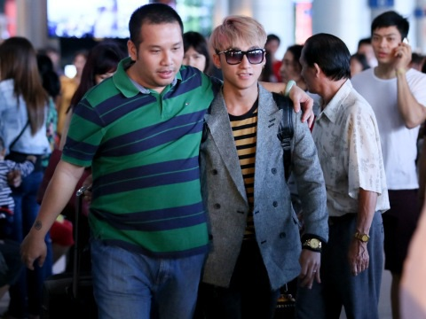 Ông bầu Quang Huy (trái) và ca sĩ Sơn Tùng M-TP
