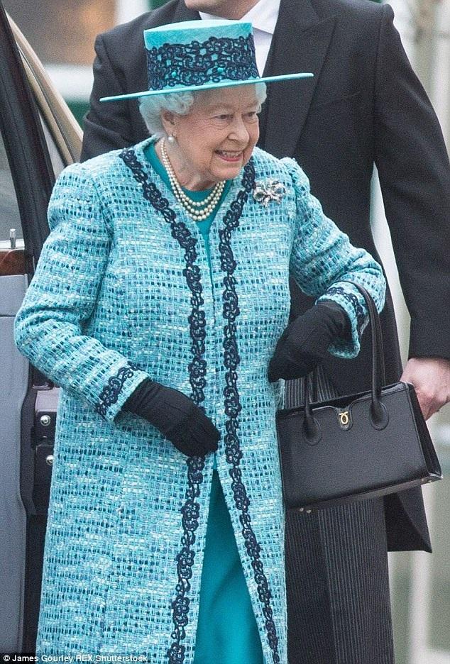 Nữ hoàng lựa chọn chiếc túi Lydia giá 1.020 trong một sự kiện tại lâu đài Windsor hồi tuần trước.