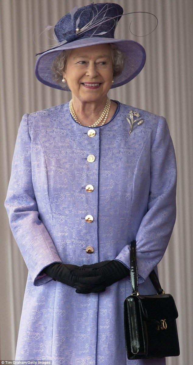 Nữ hoàng đeo chiếc túi Royale trong chuyến thăm cấp quốc gia của Tổng thống Mỹ tại điện Buckingham năm 2003.