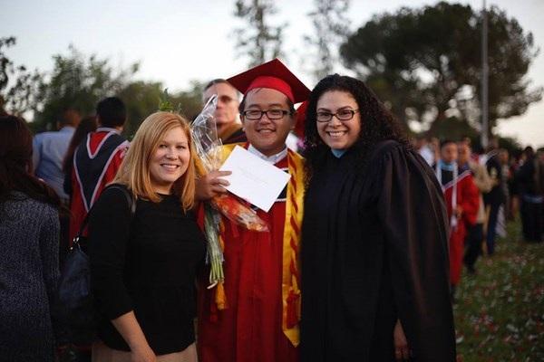 Chàng trai gốc Việt Diệp Quốc Thắng (giữa) tốt nghiệp thủ khoa THPT Grover Cleveland Charter và nhận được bằng khen của Tổng thống Mỹ.