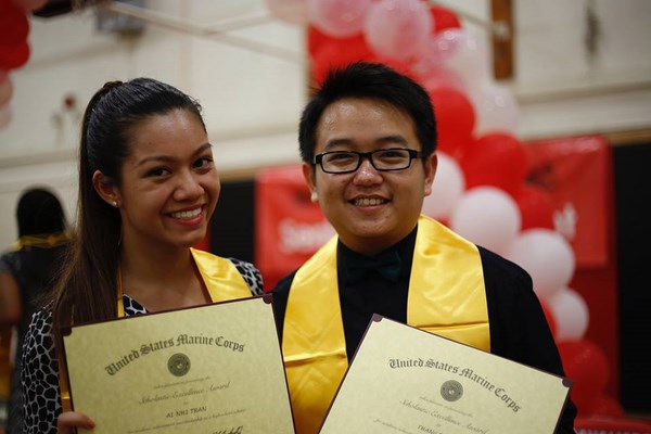 Thắng (phải) chinh phục học bổng toàn phần ĐH Harvard, Yale và 3 trường ĐH Mỹ khác.