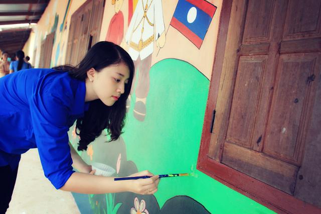 Vẽ tranh tường tại Trường Nakhuay – Lào.