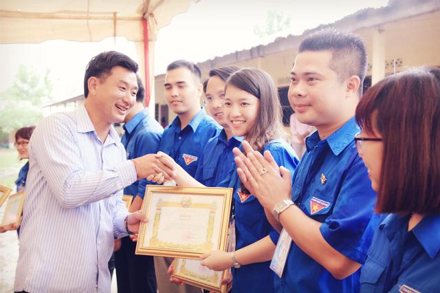 Nhận bằng khen tại Viêng Chăn-Lào.