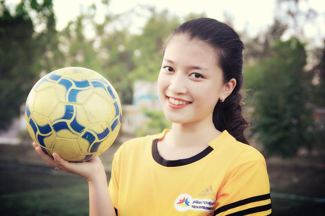 Cô gái sinh năm 1992 xinh tươi, năng động trong buổi chụp hình giao lưu bóng đá.