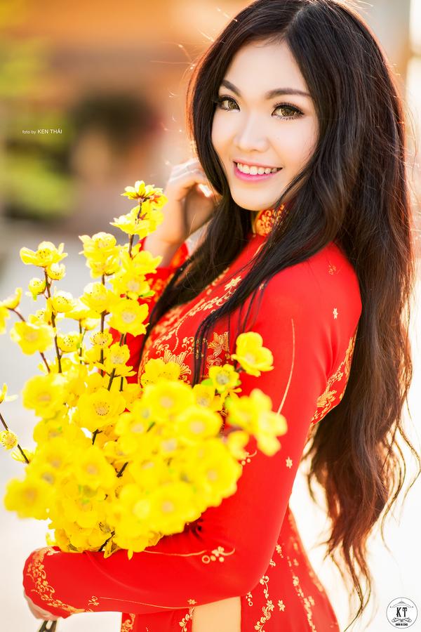 Nữ du học sinh Úc rạng rỡ đón Xuân với áo dài đỏ, sắc mai vàng - 2
