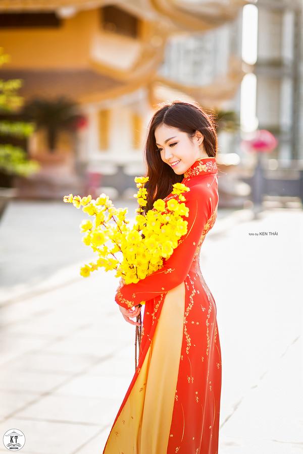 Nữ du học sinh Úc rạng rỡ đón Xuân với áo dài đỏ, sắc mai vàng - 3