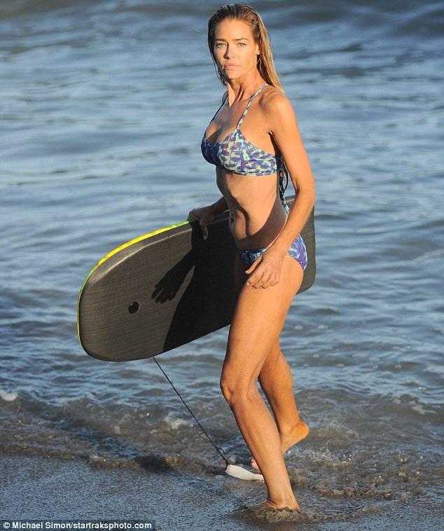 Nữ diễn viên Denise Richards khoe dáng thanh mảnh trên bãi biển Malibu, California ngày 2/8 vừa qua