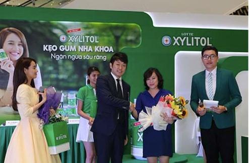 Đại diện công ty Lotte Việt Nam tặng hoa cho tiến sĩ Nguyễn Thị Hồng Minh đến từ Hội Răng Hàm Mặt Việt Nam.