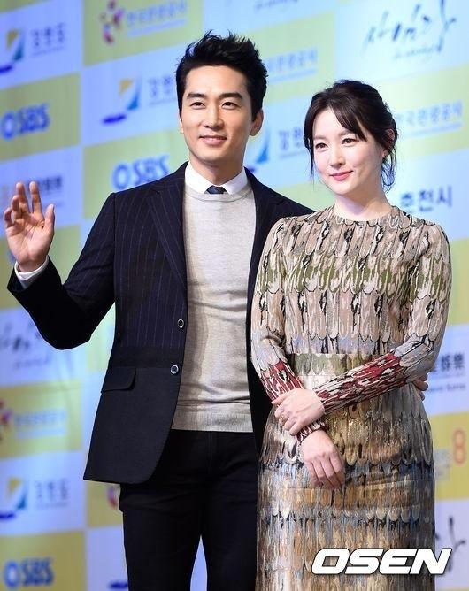 Bạn diễn với Lee Young Ae trong bộ phim Saimdang, the Herstory là nam diễn viên Song Seung Heon.