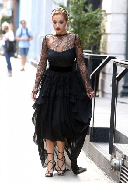 Sự thay đổi hình ảnh của nữ ca sỹ xứ sương mù khiến fans bất ngờ vì cô vốn đã quen thuộc với fans qua những bộ đồ hở bạo