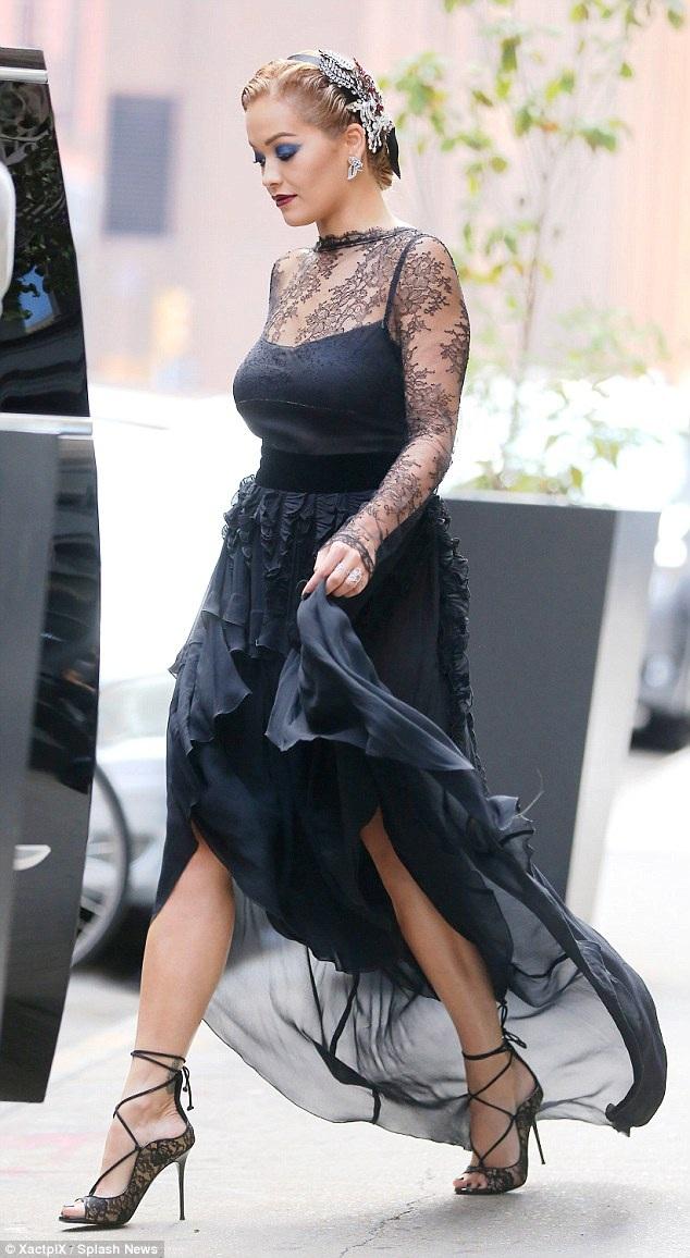 Ngôi sao ca nhạc nổi tiếng nước Anh RIta Ora bất ngờ thay đổi hình ảnh khi xuất hiện tại New York ngày 17/8 vừa qua