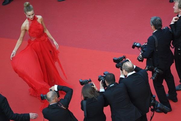 Siêu mẫu cao 1,75m tạo dáng chuyên nghiệp trên thảm đỏ