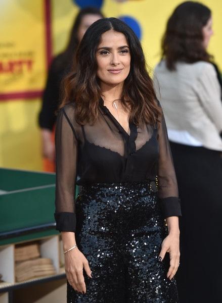 Salma Hayek diện áo xuyên thấu khoe vòng một căng tròn và sexy