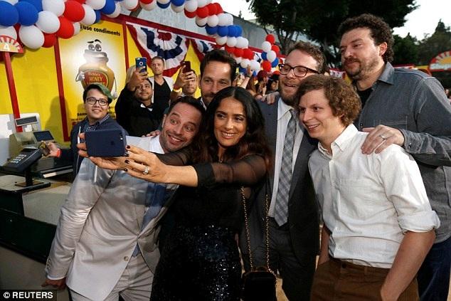 Ngôi sao người Mexico vui vẻ chụp hình lưu niệm cùng với các đồng nghiệp