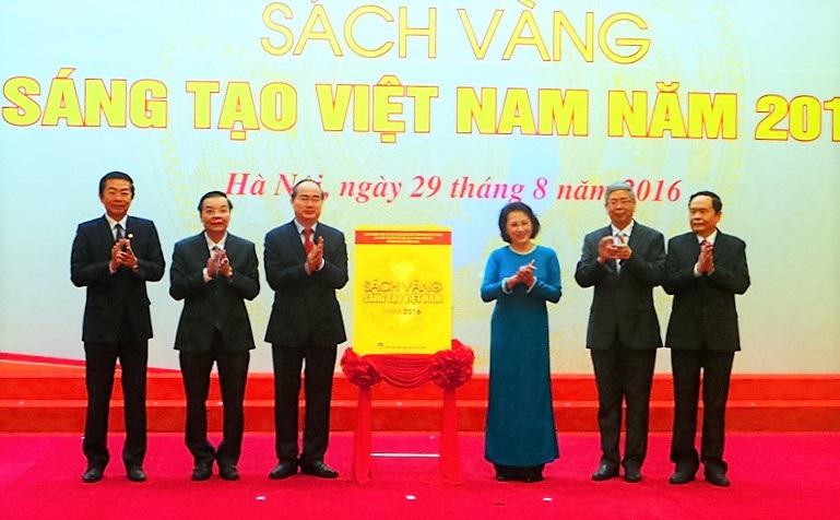 Đồng chí Nguyễn Thị Kim Ngân và đồng chí Nguyễn Thiện Nhân thực hiện nghi thức công bố Sách vàng Sáng tạo Việt Nam năm 2016