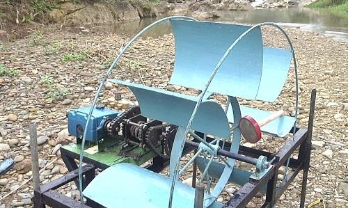 Hình ảnh chiếc máy sử dụng sức nước để đưa nước lên cao