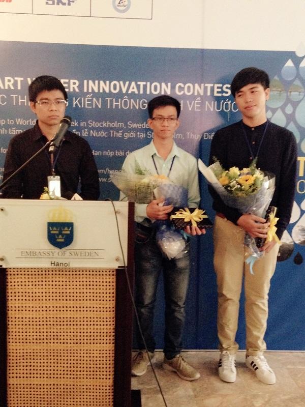 Bạn Trịnh Quốc Anh đại diện nhóm giới thiệu ứng dụng chống rò rỉ nước với một cú chạm smartphone.