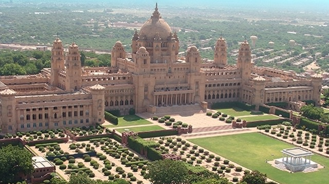 Khách sạn lâu đài Umaid Bhavan được xây dựng bằng đá sa thạch. Cung điện Umaid Bhavan hiện vẫn là nơi ở chính của hoàng gia Maharaja.