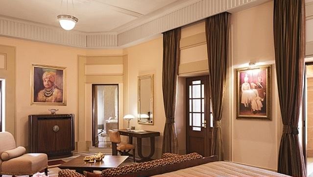 Khách sạn lâu đài toạ lạc trên diện tích rộng hơn 100.000m với 347 phòng, trong đó có 70 phòng khách. Khách tham quan Ấn Độ có thể thuê phòng nghỉ tại đây với giá gần 500 USD/đêm với phòng phổ thông, trong khi đó, với phòng đặc biệt có các dịch vụ spa, thể dục được cho thuê với giá 1.800 USD.