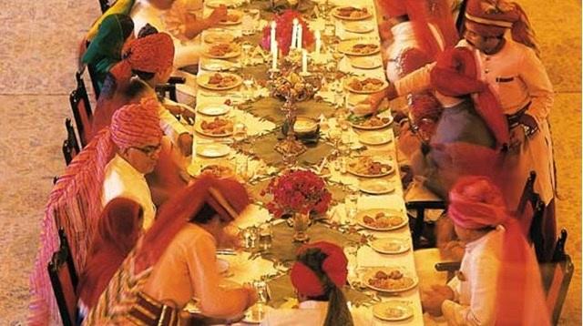 Bàn ăn của khách sạn lâu đài được thiết kế theo truyền thống văn hoá của Ấn Độ.