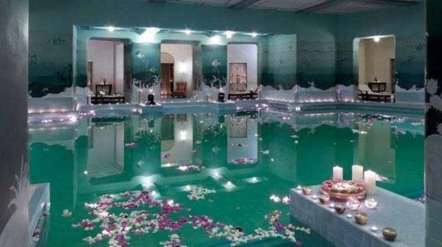 Bể bơi được xem là nơi thú vị nhất tại Palace này.