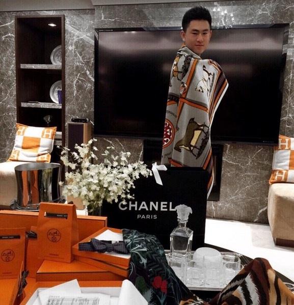 Ngày chủ nhật đi mua sắm với các thương hiệu cao cấp, như Versace, Chanel và Hermes.