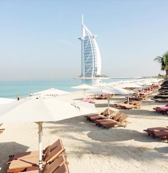 Một số cũng tìm nơi thữ giãn trên bãi biển ở Dubai.