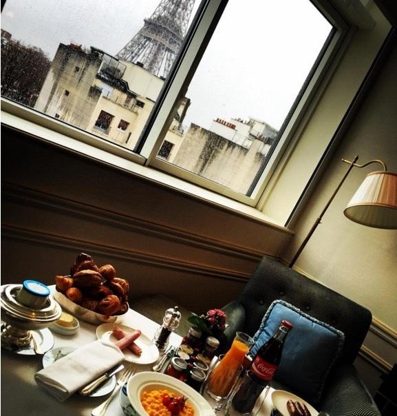 Số khác thì thưởng thức bữa sáng tại thành phố Paris.