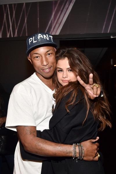 Pharrell Williams và Selena Gomez thân thiết chụp hình trong lễ trao giải