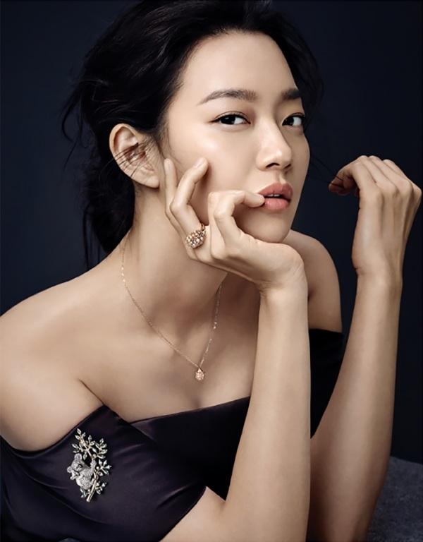 """Shin Min Ah còn là một trong những nữ hoàng quảng cáo đắt """"sô"""" nhất Hàn Quốc nhờ vẻ đẹp không tuổi tác và danh tiếng."""