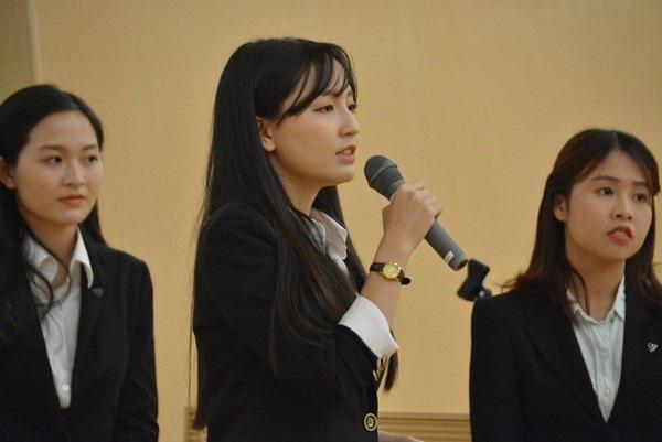 Huyền Trang đại diện nhóm thuyết trình ý tưởng phát triển ẩm thực Việt tại Nhật trước BGK.
